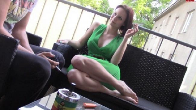 download Suesse Marie macht im gruenen Kleid ihren Mitbewohner sogeil das er sie auf dem Balkon fickt