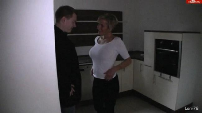 Reife Deutsche Simone laesst sich in der Wohnung von dem Makler ficken