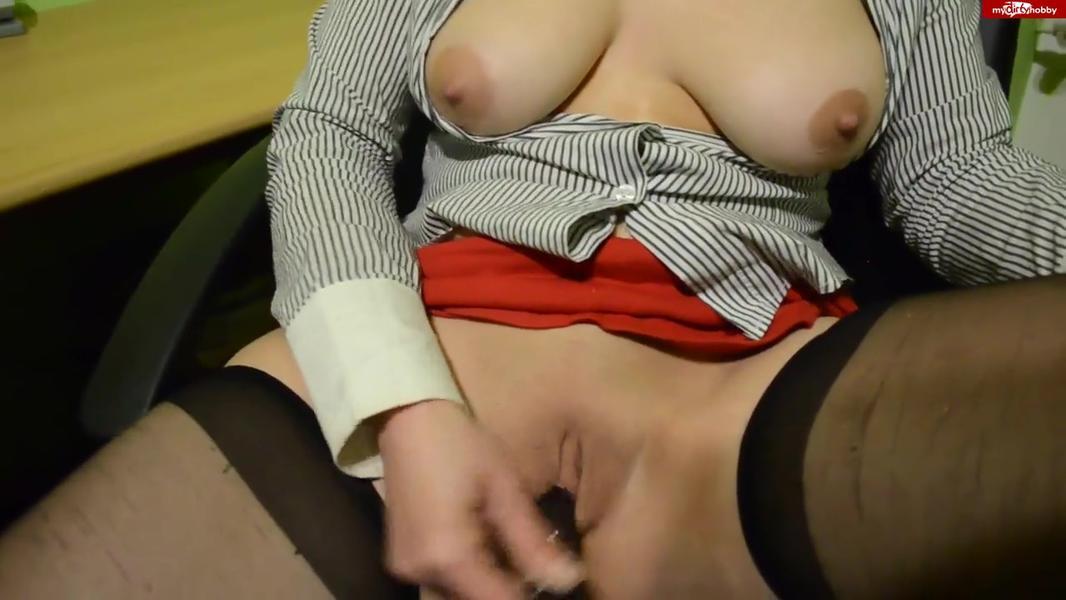 Notgeile Sekretaerin fickt sich mit Sextoys am Arbeitsplatz
