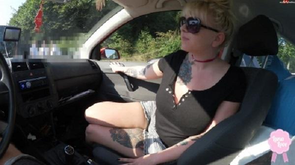 download Blonde Deutsche Luna laesst sich im Auto von ihrem Freund ficken